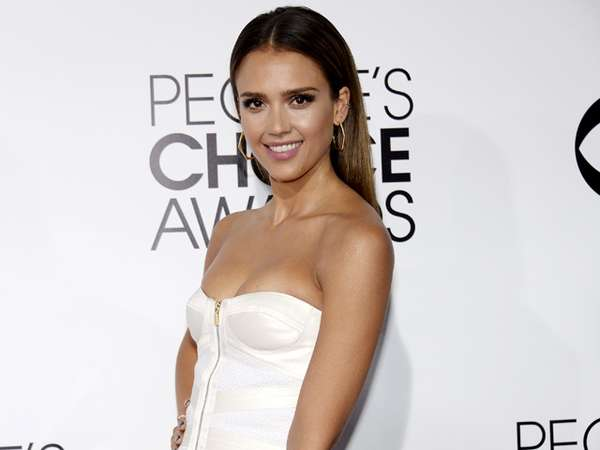 Dress Putih Seksi ala Jessica Alba