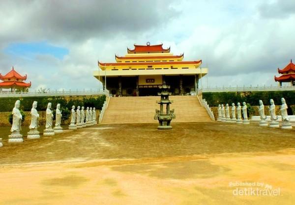 Vihara Avalokitesvara Graha merupakan vihara terbesar se-Asia Tenggara. Uniknya lagi di dalam bangunan utama Vihara terdapat sebuah patung Dewi Kuan Yin Phu Sha yang di nobatkan Museum Rekor Indonesia menjadi patung Dewi Kuan Yin Terbesar yang ada di dalam ruangan. Tinggi patung itu mencapai 16,8 meter, terbuat dari tembaga dengan berat 40 ton, dan berlapis emas 22 karat.