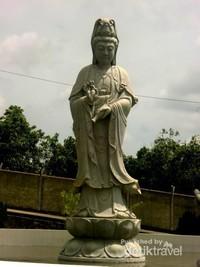 Patung Dewi Kuan Yin Phu Sha terbesar yang ada di halaman Vihara  Avalokitesvara Graha di antara patung Dewi Kuan Yin lainnya.