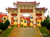 Gerbang keluar  Vihara  Avalokitesvara Graha Tanjung Pinang yang cerah.