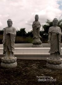 Patung Dewi Kuan Yin Phu Sha dan beberapa patung Budha yang ada di halaman Vihara  Avalokitesvara Graha Tanjungpinang.
