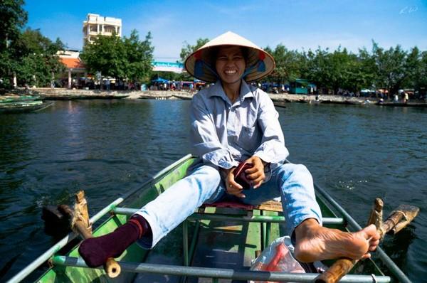 Jangan meremehkan perempuan Vietnam ya! Di Tam Coc, wisatawan bisa menyewa perahu untuk wisata air. Para pendayung perahu di sini kebanyakan perempuan. Hebatnya, mereka mendayung menggunakan kaki, tidak memakai tangan.