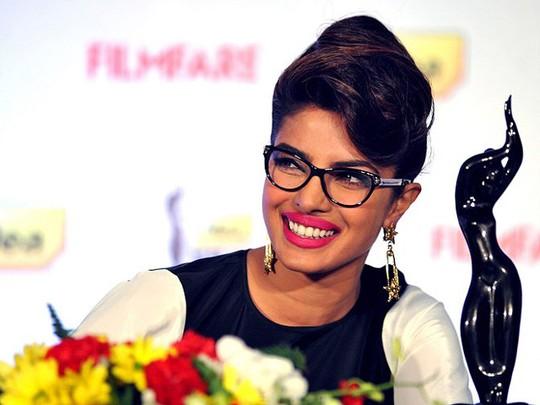 Cantik Berkacamata ala Priyanka Chopra