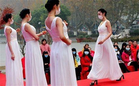 Model-model China dalam sebuah peragaan busana. (Foto: Reuters)