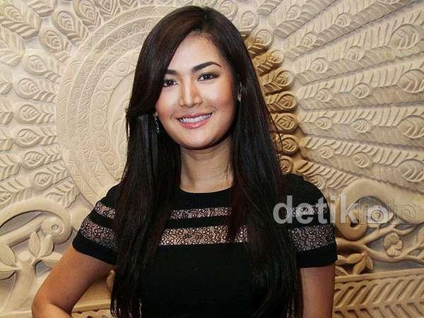 Maria Selena Cantik Dibalut Dress Hitam