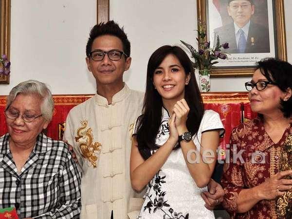 Delon dan Istri Bagi-bagi Angpao di Panti Jompo