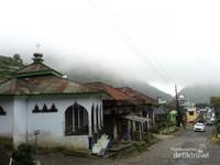 Desa Sembungan pada suatu pagi, kabut menyelimuti