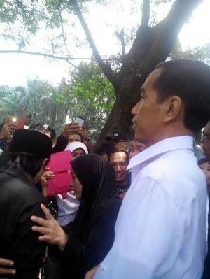 Ke TPU Pondok Rangon, Jokowi Tebar Bunga di Pusara Murry Koes Plus