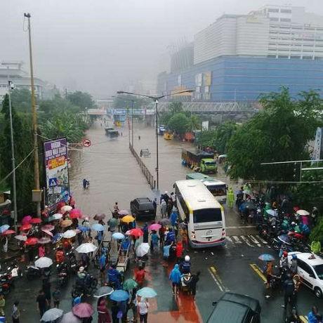 Terobos Banjir di Depan WTC Mangga Dua Jl Gunung Sahari, Truk-truk Mogok