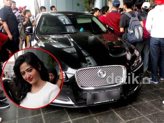 Ini Mobil Jaguar Dewi Persik
