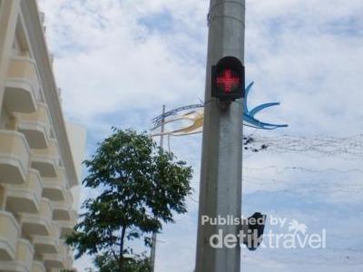 Beda negara, beda lagi lampu petunjuk lalu lintasnya. Di Kota Nha Trang, Vietnam, lampu lalu lintasnya punya tanda plus +. Apakah sama dengan tanda silang? Bagaimana kalau turis kebingungan ya?