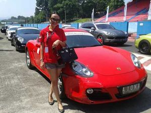 Artis Seksi Cynthiara Alona Punya Porsche Tapi Bukan Pemberian Wawan