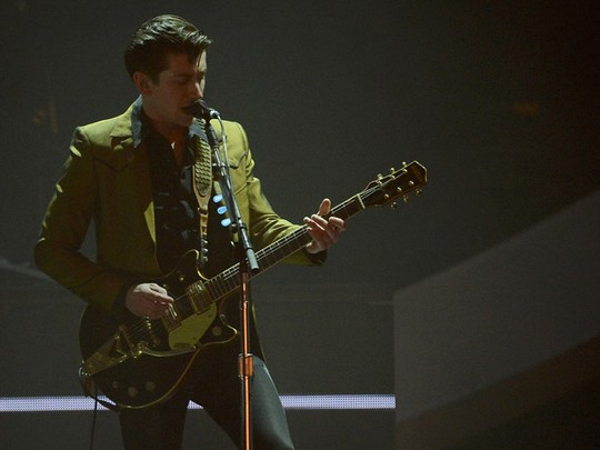 Aksi Panggung Arctic Monkeys di BRIT Awards 2014