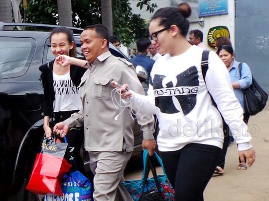 Zahwa dan Aaliyah Massaid Jenguk Angelina Sondakh