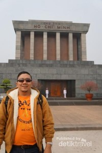 Di depan makam Ho Chi Minh