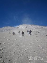 Berlomba meluncur di atas pasir halus Merapi.