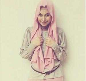 Hijab Style: Puput Melati Tampil Feminin dengan Gaya Busana Serba Pink