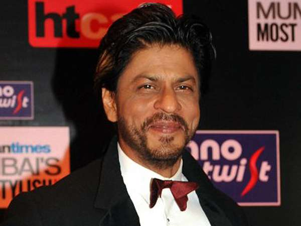 Shahrukh Khan Gagah Berjas Hitam