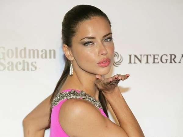 Adriana Lima Hot Bergaun Pink