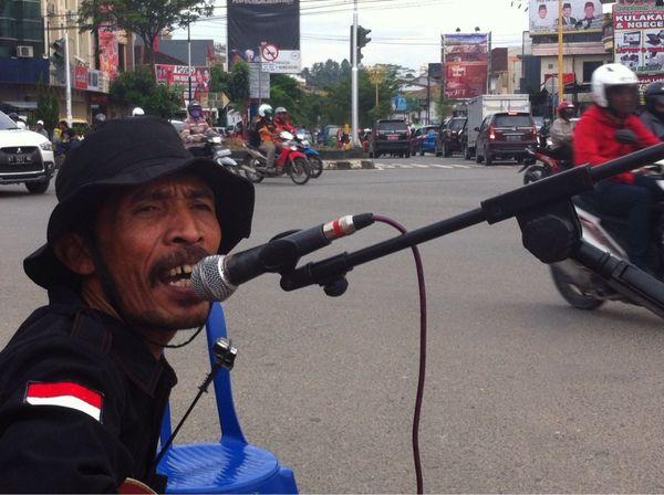 Galang Dana untuk Satinah, Relawan Konser Ala Iwan Fals di Perempatan