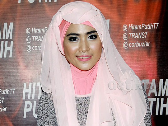 April Jasmine Manis Berhijab Pink
