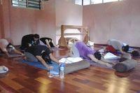 Dengan melakukan prenatal yoga, ibu hamil dapat terfokus dan mengetahui seluk-beluk tubuhnya sehingga siap menghadapi persalinan. (Foto: Tiya/detikHealth)