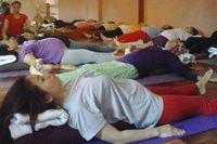 Prenatal yoga dapat dilakukan oleh semua ibu hamil dengan riwayat kesehatan baik. Ibu hamil yang pernah mengalami keguguran atau perdarahan sebaiknya tidak mengikuti kelas prenatal yoga umum. (Foto: Tiya/detikHealth)