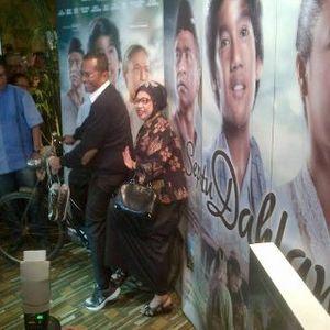 Bersama Istri, Dahlan Nonton Bareng Film Perdana Sepatu Dahlan