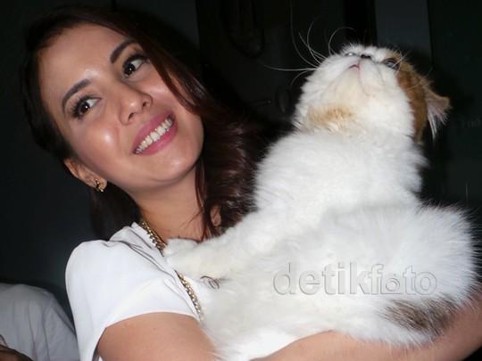 Tya Ariestya Gendong Kucing Kesayangan