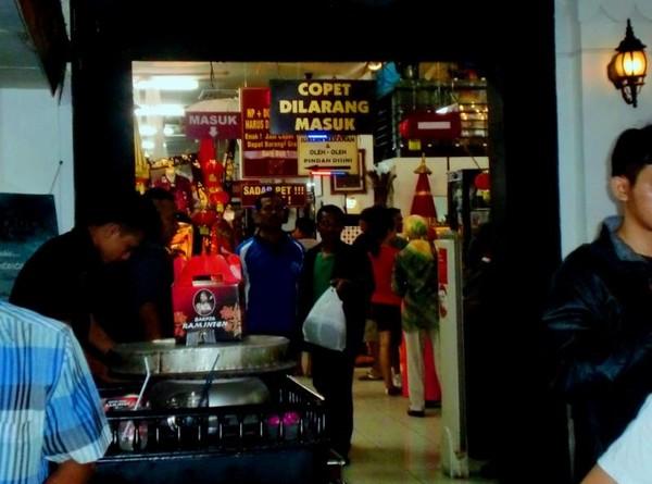 Copet kerap beraksi di kawasan wisata, korbannya adalah wisatawan yang lengah. Demi melindungi wisatawan, beberapa tempat wisata seperti Batik Mirota di Malioboro, Yogyakarta memasang plang Copet Dilarang Masuk.