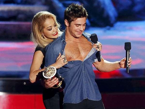 Wow, Rita Ora Buka Baju Zac Efron di MTV Movie Awards