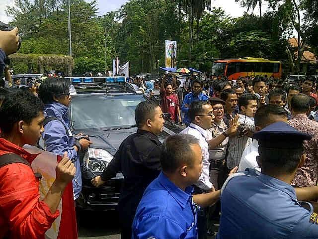 Ratusan Mahasiswa ITB Demo Jokowi