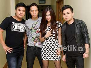 Band Winner Tampil Serba Hitam