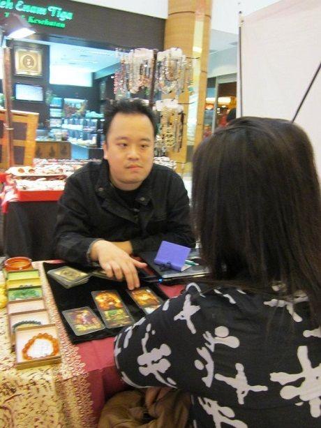 Rendy Fudoh sedang melayani kliennya. (Foto: Dok. Pribadi)