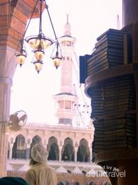 Tumpukan Al Quran di sebuah rak Masjidil Haram