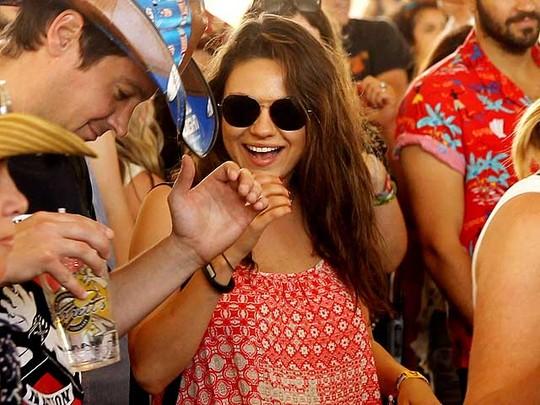 Mila Kunis Pamer Perut Hamil di Festival Musik