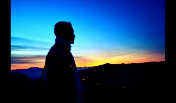 Menunggu matahari terbit dan memadang indahnya Gunung Bromo dari Penanjakan.