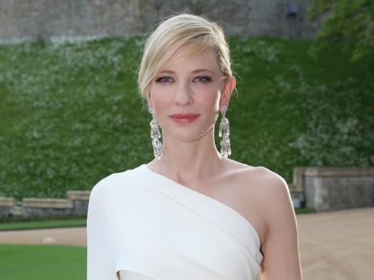 Cate Blanchett Anggun Bergaun Putih