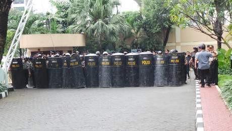 Pendemo Freeport di Plaza 89 Kini Bakar Ban, Polisi Bersenjata Berdatangan
