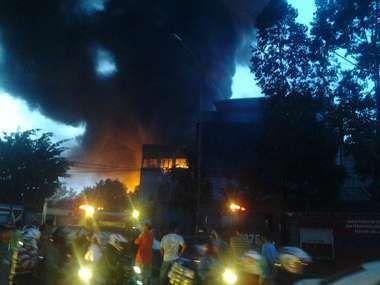 Api yang Membakar Pabrik Kayu di Tangerang Belum Padam, Lalin Macet