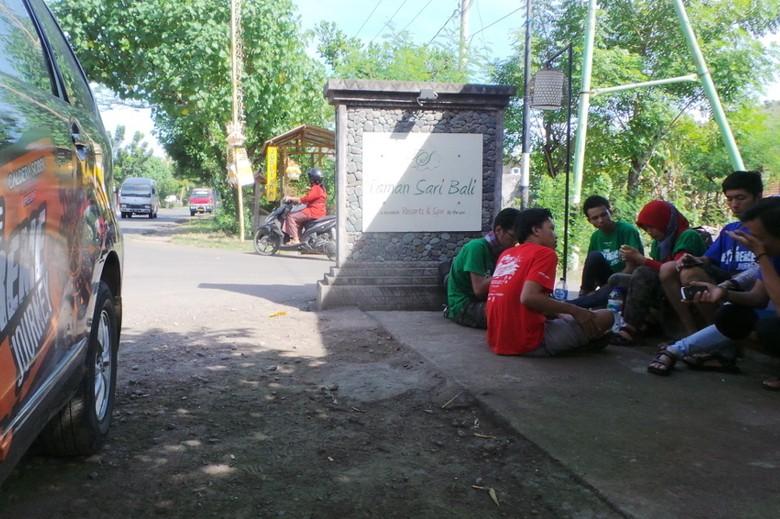 Peserta yang sedang bersantai di pinggiran jalan (Idham/detikTravel)