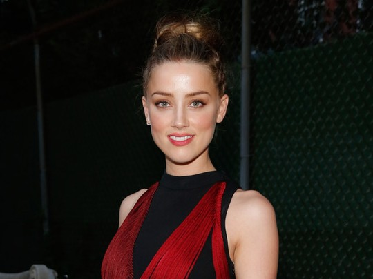 Pesona Amber Heard Bergaun Merah