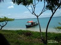 Perahu nelayan yang bersandar
