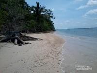Pantai berpasir putih yang masih asri