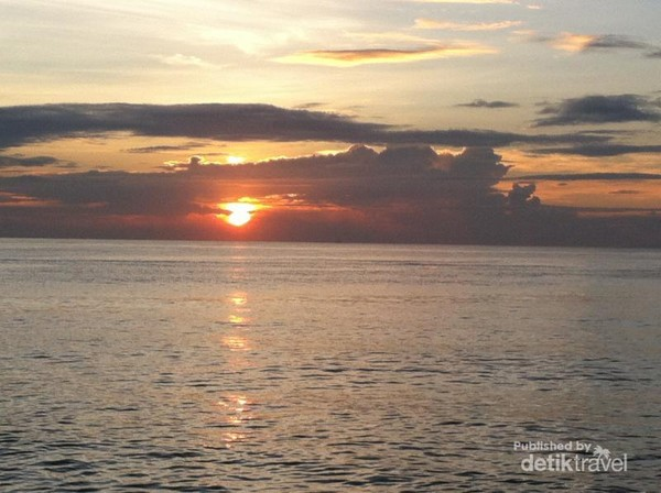 Sunrise adalah salah satu moment yang ditunggu bagi para pencinta Traveler yang menyukai keindahan dari MAHA Cipta. (@ekkypratama/detikTravel)