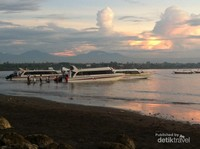 Speed Boat juga banyak digunakan masyarakat Sanur Bali sebagai media transportasi beribadah, terlihat dari barang bawaan mereka. (@ekkypratama/detikTravel)