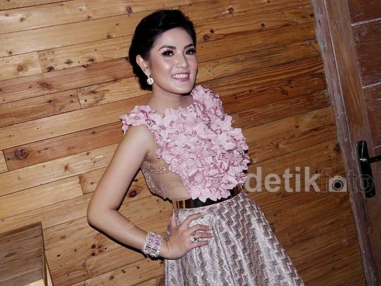 Nindy Cantik Dibalut Dress Rancangan Ivan Gunawan