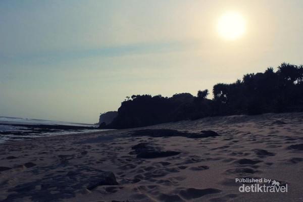 Sunset cantik di Pantai Watu Kodok