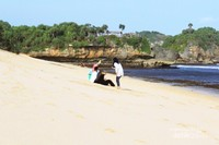Pantai yang sepi serasa milik pribadi