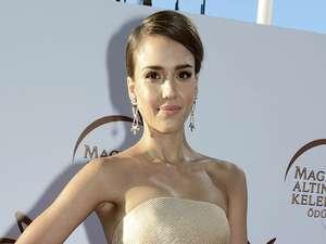 Dress Putih Seksi ala Jessica Alba